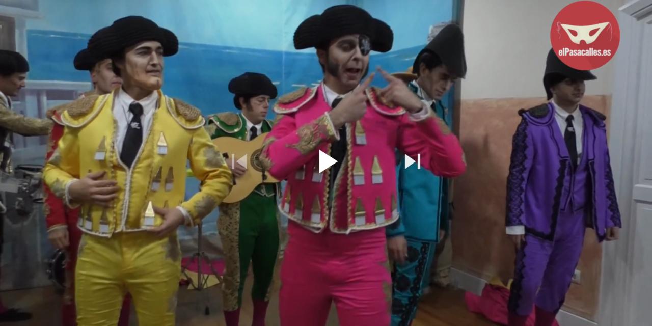 La chirigota de Sevilla 'Una corrida en tu cara' en camerinos