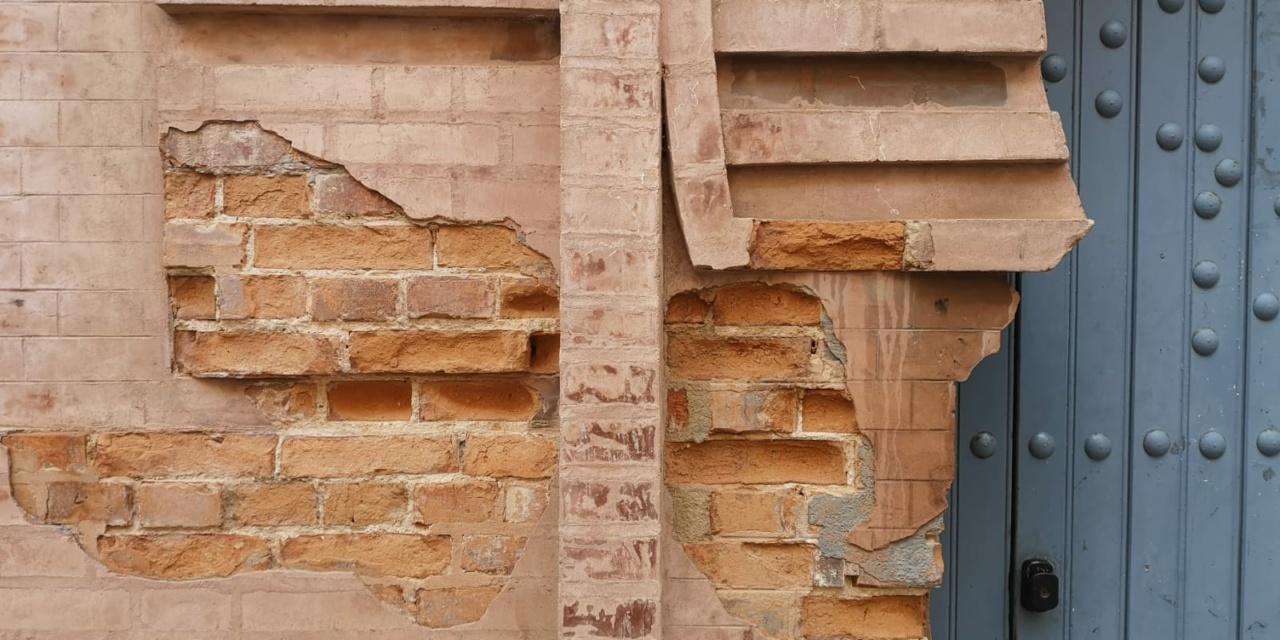 """Denuncian en redes el intento de """"sustracción"""" de una parte de la fachada del Teatro Falla"""